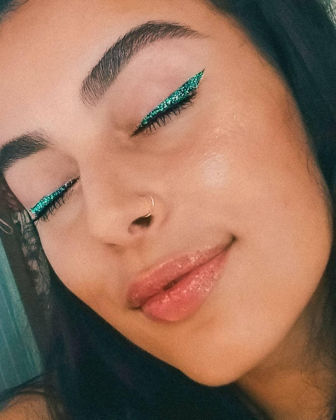 40 inspirações de maquiagem com glitter para brilhar em qualquer ocasião - 17