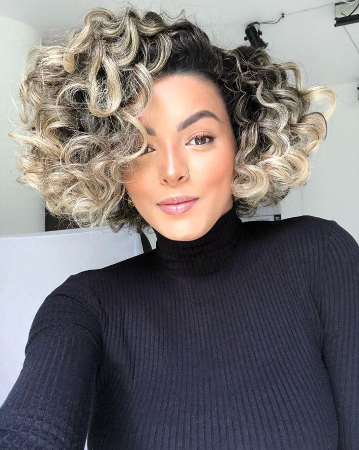 cabelo cacheado platinado 3