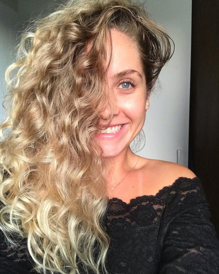 cabelo cacheado platinado 36