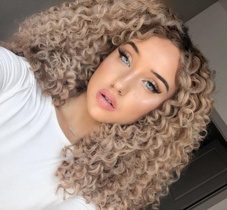 cabelo cacheado platinado 49