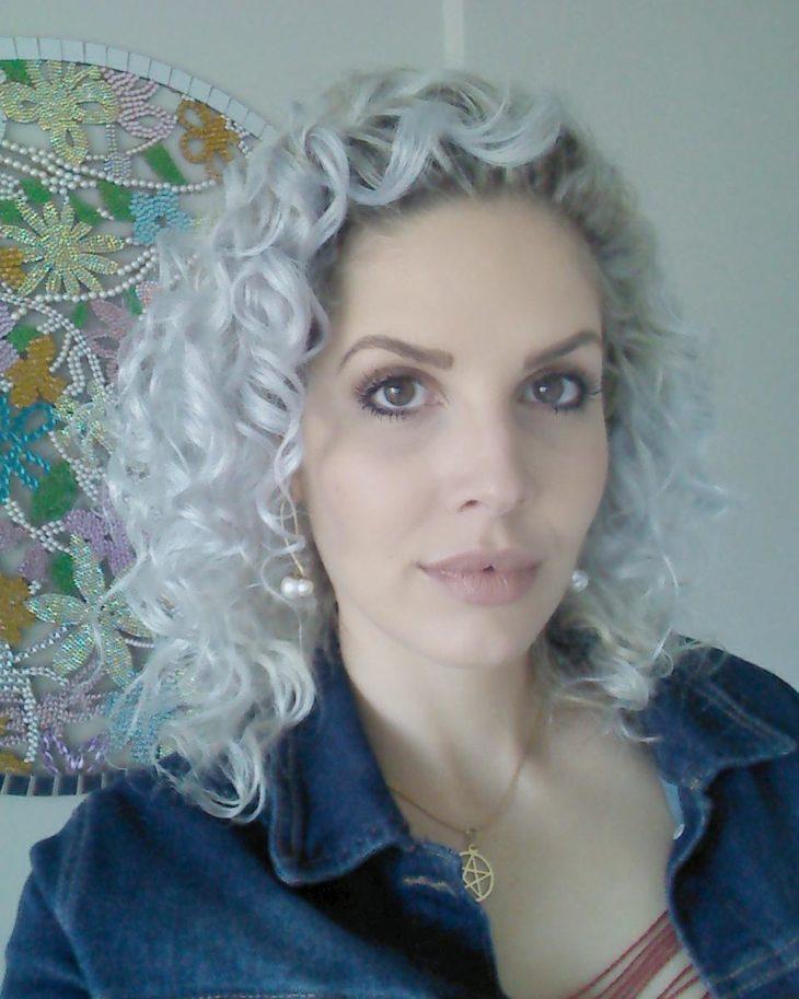 cabelo cacheado platinado 50