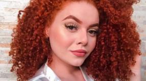 40 looks com cabelo cacheado vermelho que são puro poder