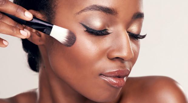 Como usar iluminador e escolher o ideal para o seu tom de pele