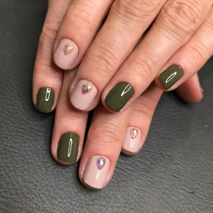 35 fotos de unhas com esmalte verde militar para apostar na cor da vez - 19