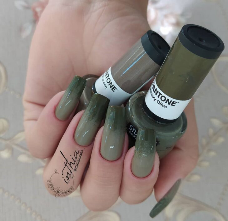 35 fotos de unhas com esmalte verde militar para apostar na cor da vez - 33