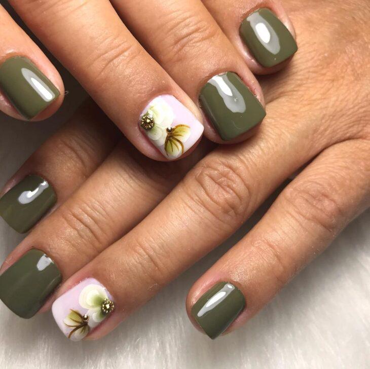 35 fotos de unhas com esmalte verde militar para apostar na cor da vez - 34