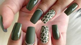 35 fotos de unhas com esmalte verde militar para apostar na cor da vez