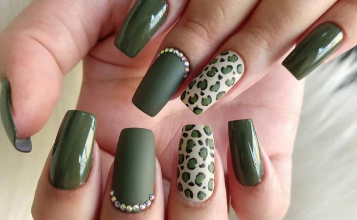 35 fotos de unhas com esmalte verde militar para apostar na cor da vez - 1