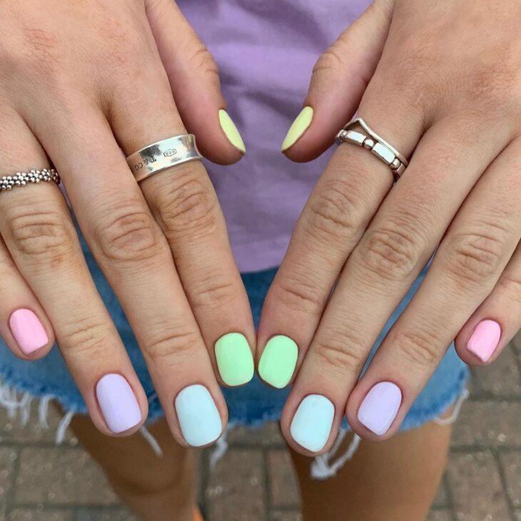 40 fotos + tutoriais de unhas coloridas para inovar na nail art - 24