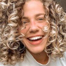 60 fotos de cabelo cacheado loiro e dicas de cuidado para ficar radiante - 10