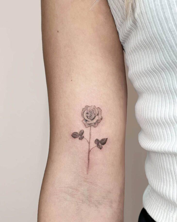 Tatuagem de flor pequena 8