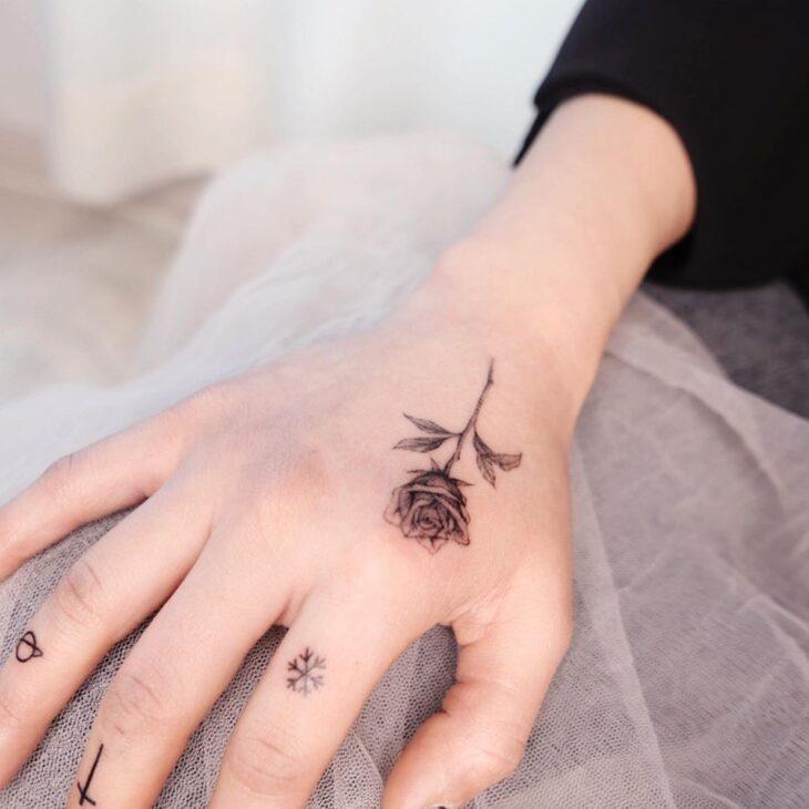Tatuagem de flor pequena 69