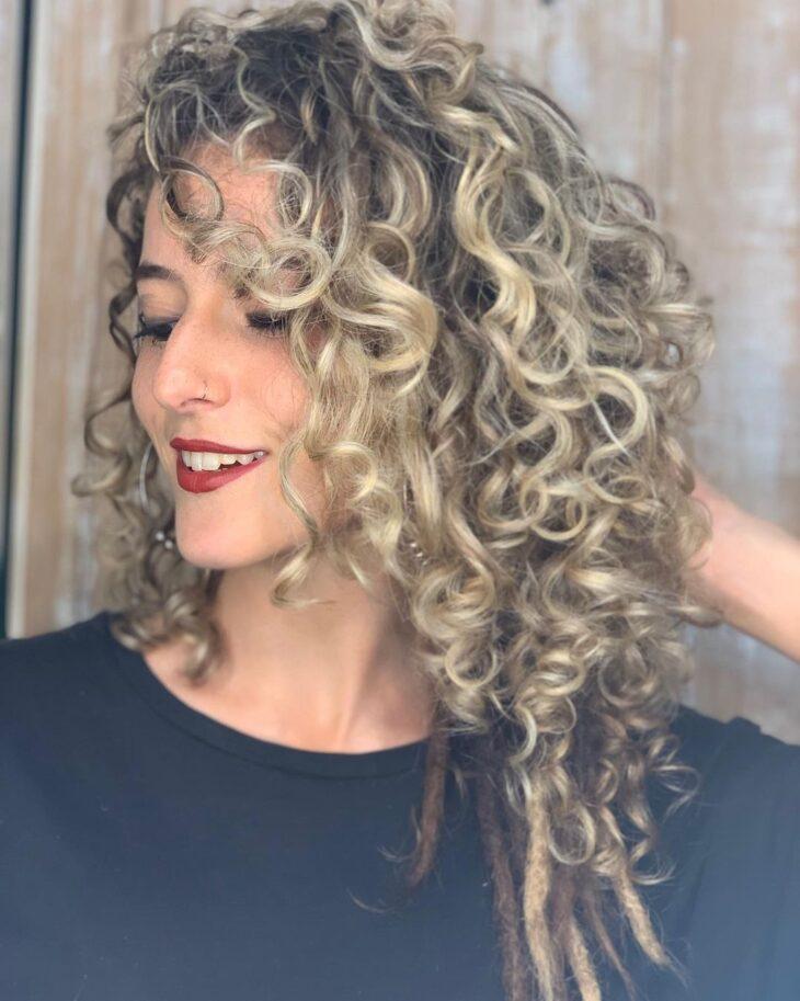 60 fotos de cabelo cacheado loiro e dicas de cuidado para ficar radiante - 27