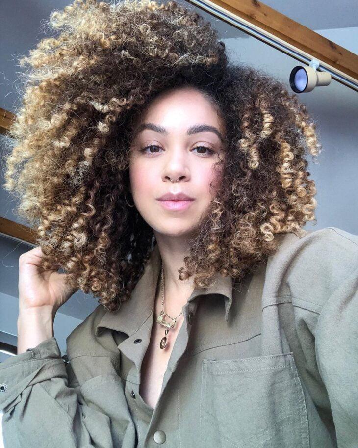 60 fotos de cabelo cacheado loiro e dicas de cuidado para ficar radiante - 31