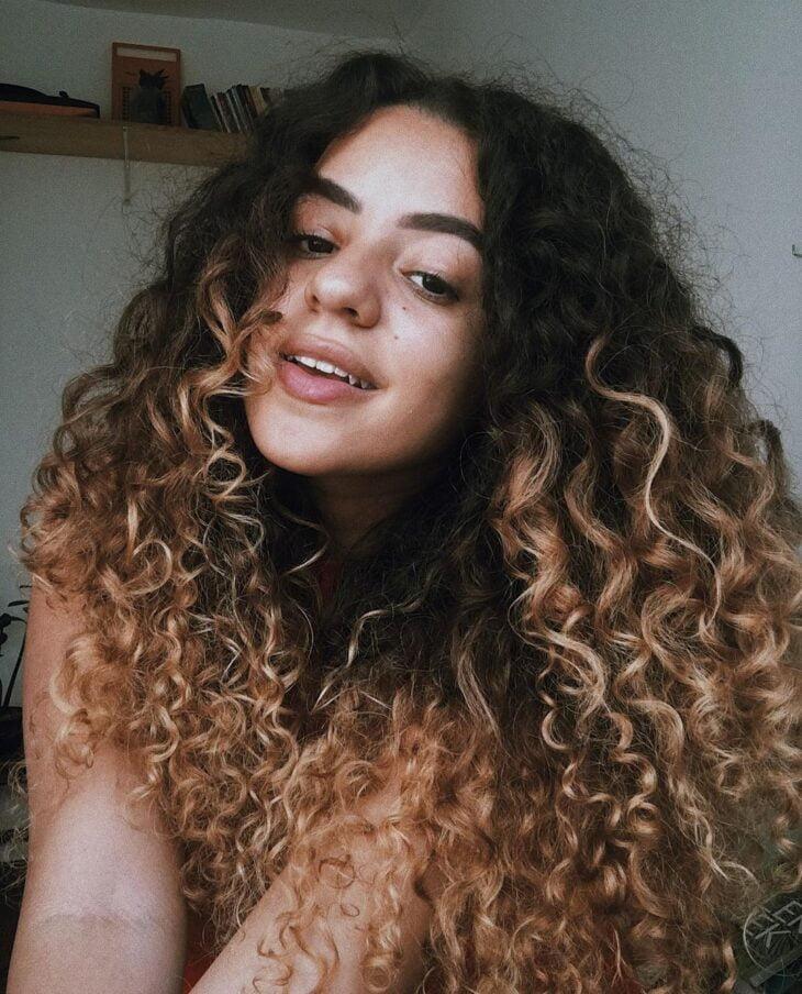 60 fotos de cabelo cacheado loiro e dicas de cuidado para ficar radiante - 35