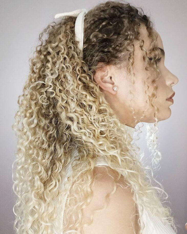 60 fotos de cabelo cacheado loiro e dicas de cuidado para ficar radiante - 37