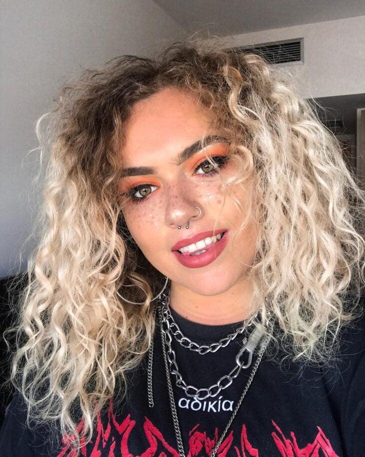 60 fotos de cabelo cacheado loiro e dicas de cuidado para ficar radiante - 48
