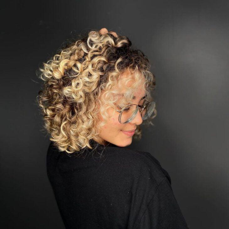 60 fotos de cabelo cacheado loiro e dicas de cuidado para ficar radiante - 50