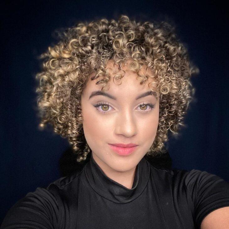 60 fotos de cabelo cacheado loiro e dicas de cuidado para ficar radiante - 53
