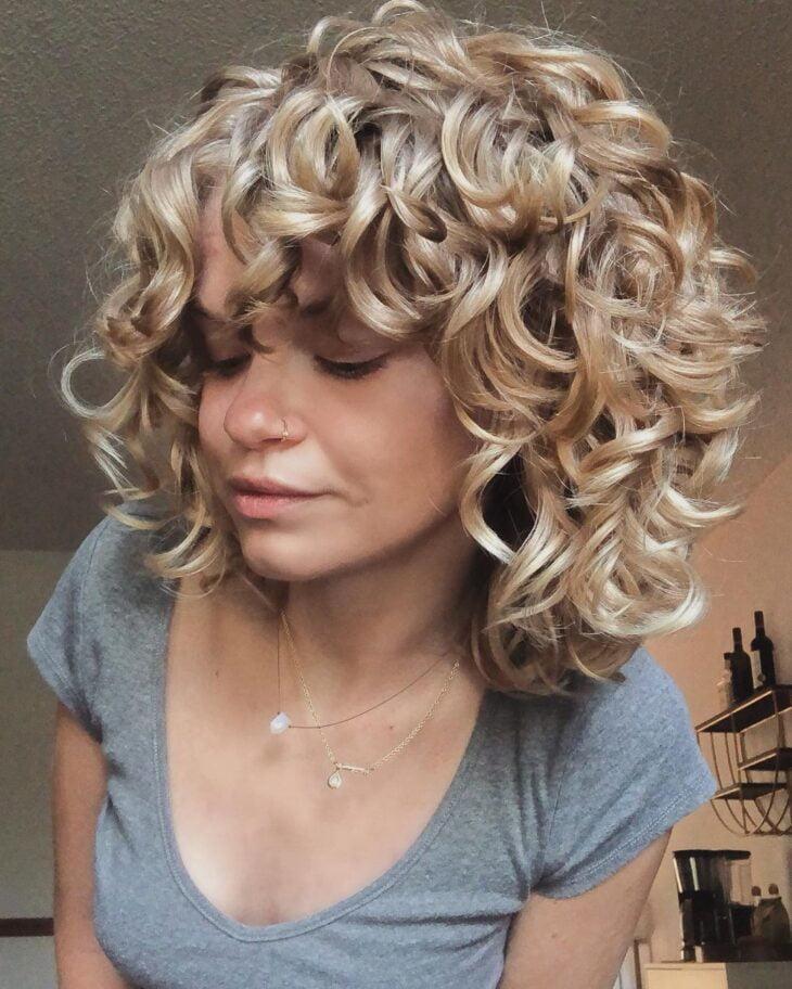 60 fotos de cabelo cacheado loiro e dicas de cuidado para ficar radiante - 56