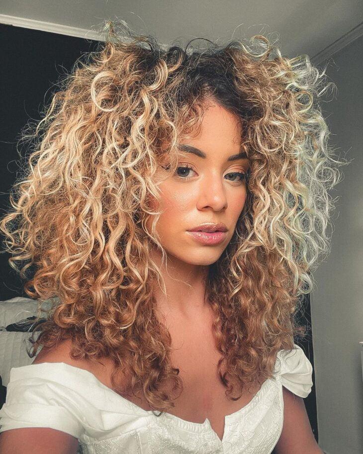 60 fotos de cabelo cacheado loiro e dicas de cuidado para ficar radiante - 61