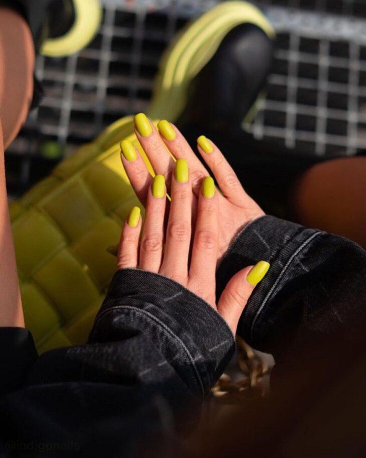 60 ideias para inovar na aparência das suas unhas com esmalte amarelo - 63