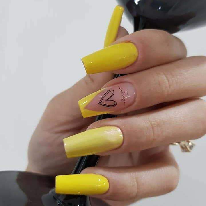 60 ideias para inovar na aparência das suas unhas com esmalte amarelo - 14