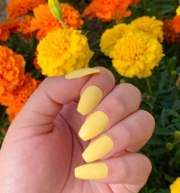 60 ideias para inovar na aparência das suas unhas com esmalte amarelo - 1