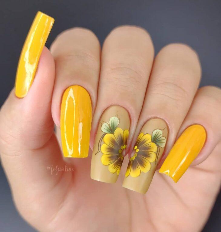 60 ideias para inovar na aparência das suas unhas com esmalte amarelo - 17