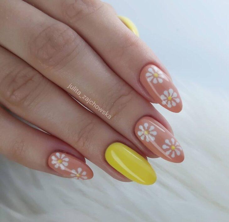 60 ideias para inovar na aparência das suas unhas com esmalte amarelo - 61