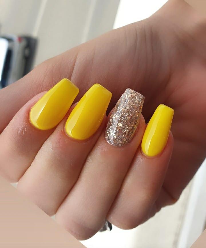 60 ideias para inovar na aparência das suas unhas com esmalte amarelo - 16
