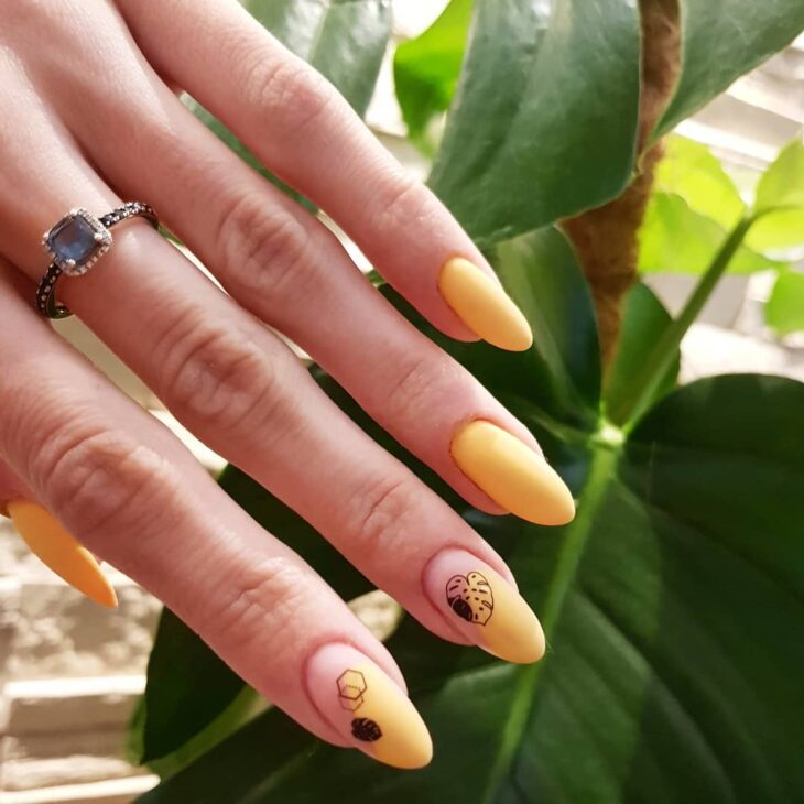 60 ideias para inovar na aparência das suas unhas com esmalte amarelo - 19