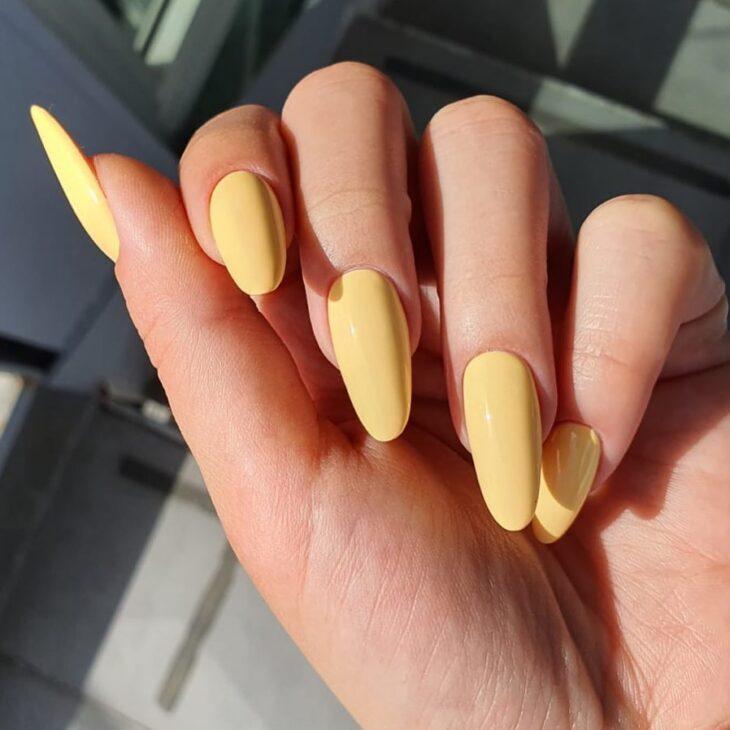 60 ideias para inovar na aparência das suas unhas com esmalte amarelo - 18