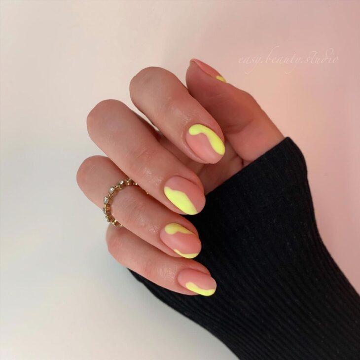 60 ideias para inovar na aparência das suas unhas com esmalte amarelo - 56