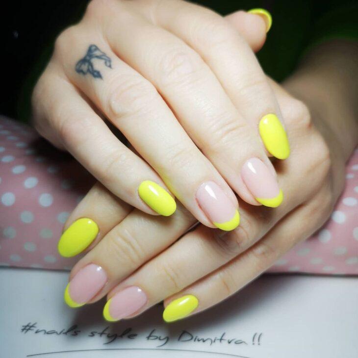 60 ideias para inovar na aparência das suas unhas com esmalte amarelo - 58