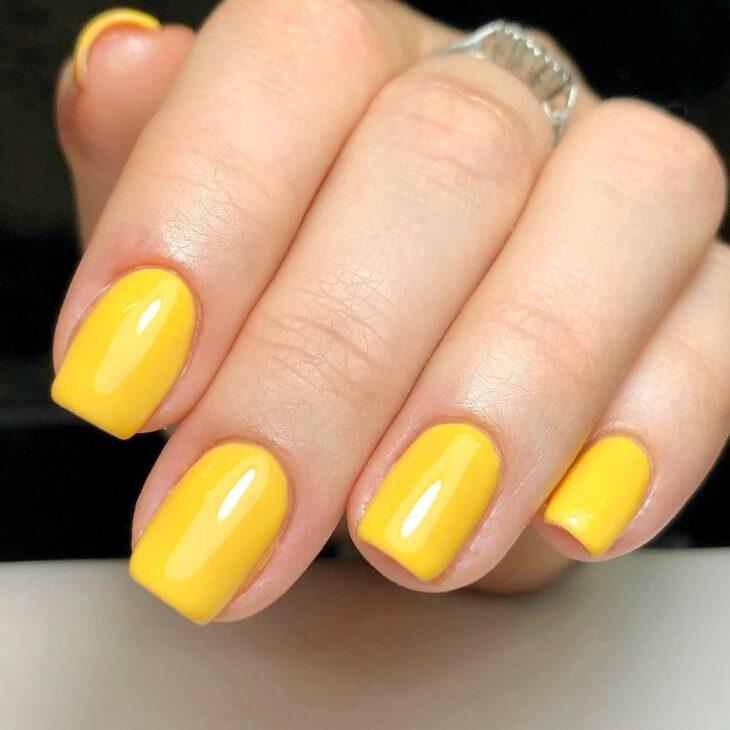 60 ideias para inovar na aparência das suas unhas com esmalte amarelo - 24