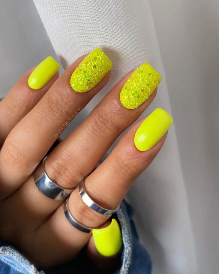 60 ideias para inovar na aparência das suas unhas com esmalte amarelo - 6