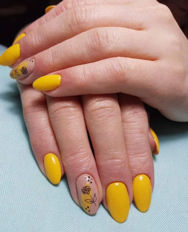 60 ideias para inovar na aparência das suas unhas com esmalte amarelo - 25