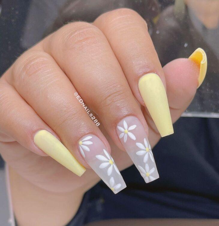 60 ideias para inovar na aparência das suas unhas com esmalte amarelo - 55