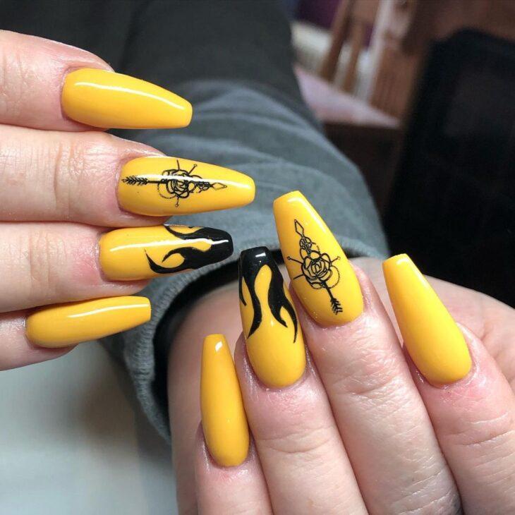 60 ideias para inovar na aparência das suas unhas com esmalte amarelo - 23