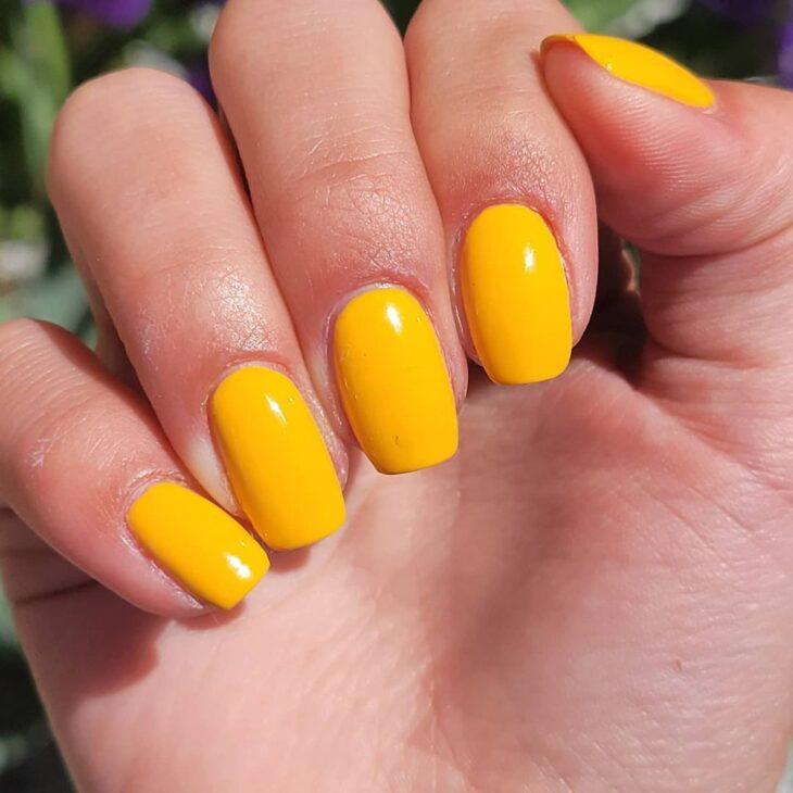 60 ideias para inovar na aparência das suas unhas com esmalte amarelo - 51