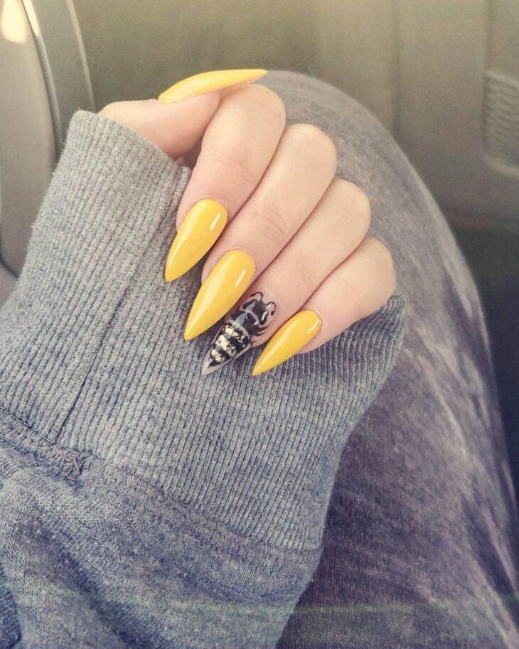 60 ideias para inovar na aparência das suas unhas com esmalte amarelo - 53
