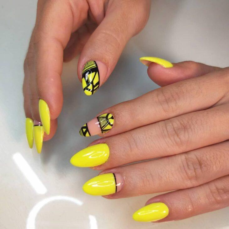 60 ideias para inovar na aparência das suas unhas com esmalte amarelo - 26