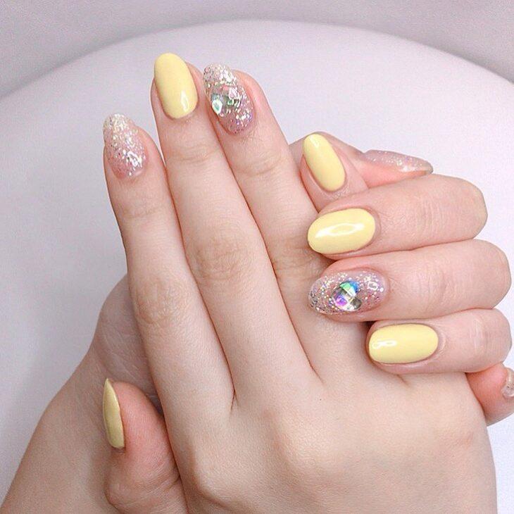 60 ideias para inovar na aparência das suas unhas com esmalte amarelo - 52