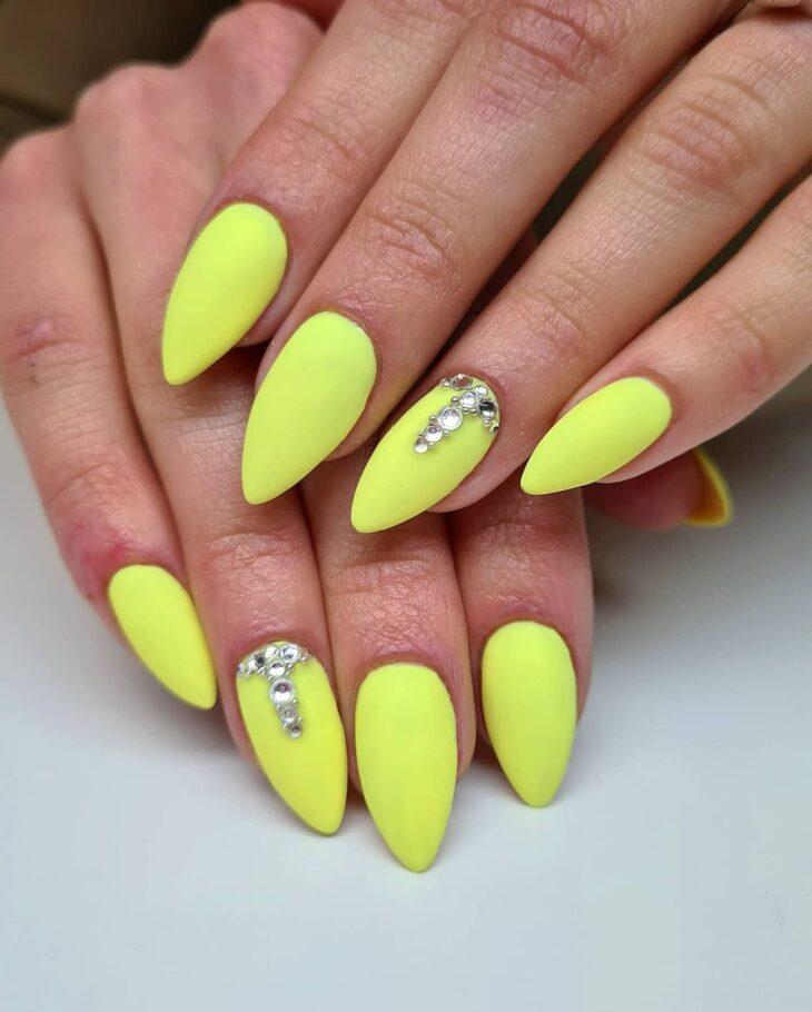60 ideias para inovar na aparência das suas unhas com esmalte amarelo - 28