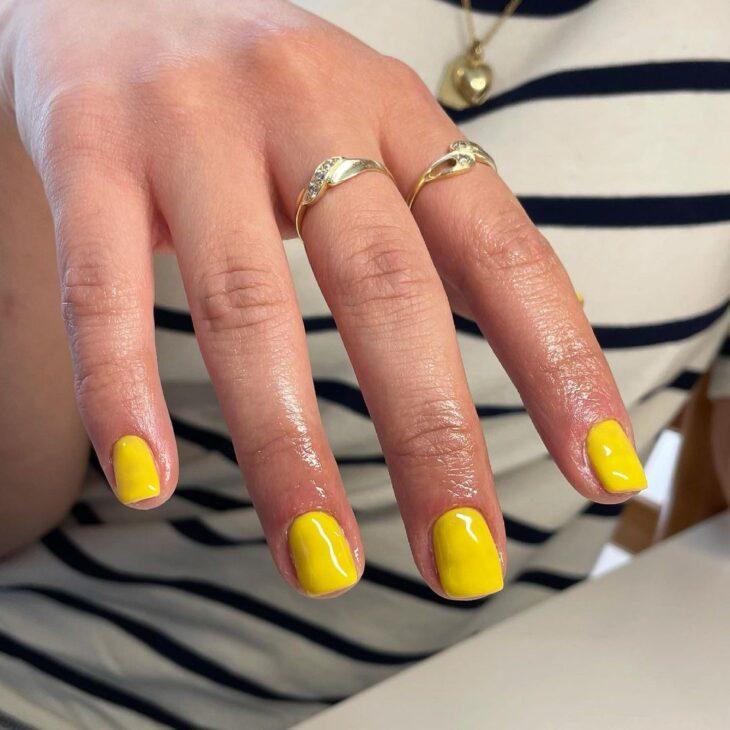 60 ideias para inovar na aparência das suas unhas com esmalte amarelo - 50