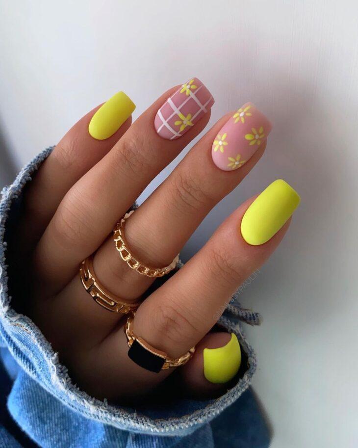 60 ideias para inovar na aparência das suas unhas com esmalte amarelo - 7