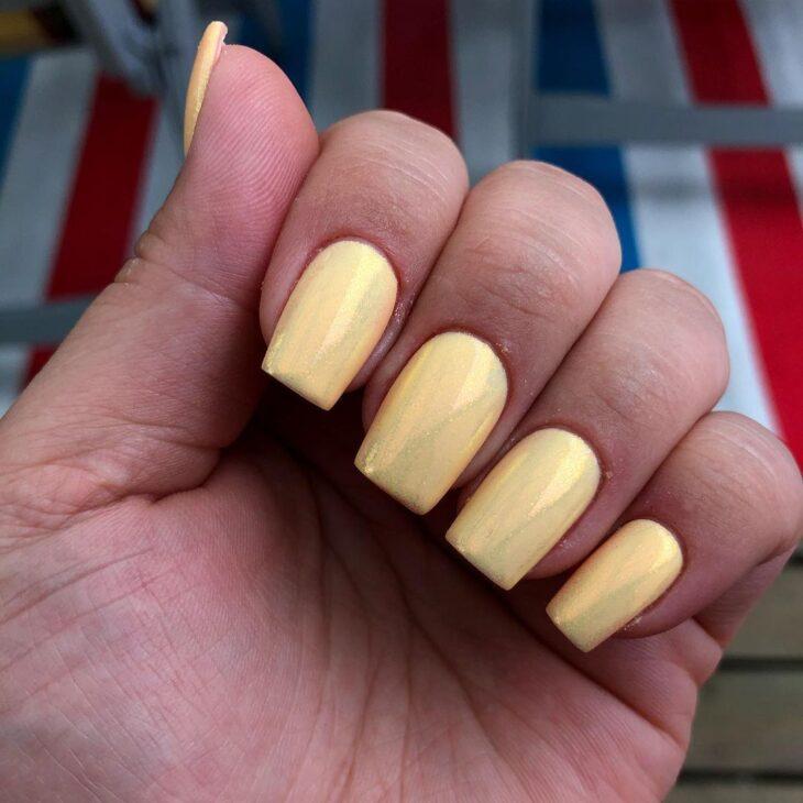 60 ideias para inovar na aparência das suas unhas com esmalte amarelo - 30