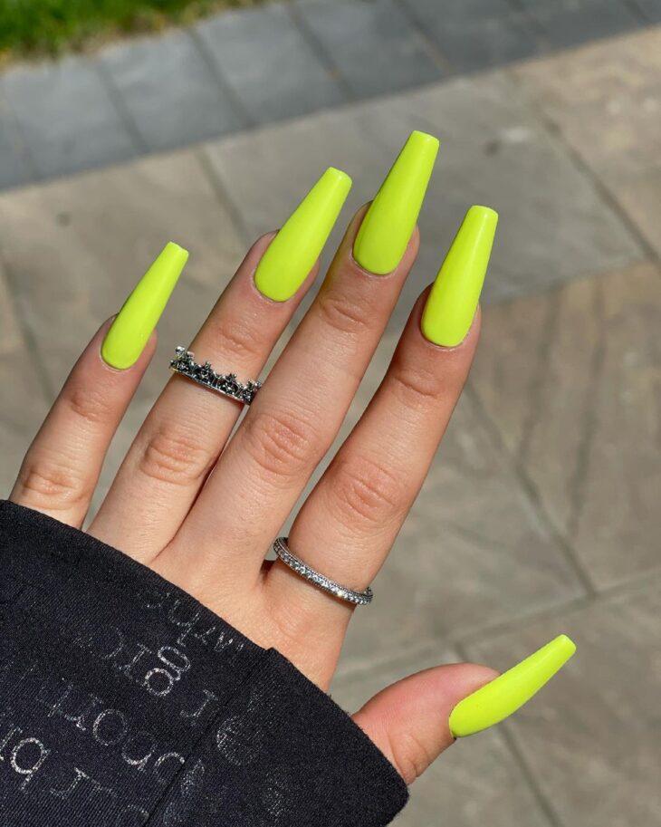60 ideias para inovar na aparência das suas unhas com esmalte amarelo - 27