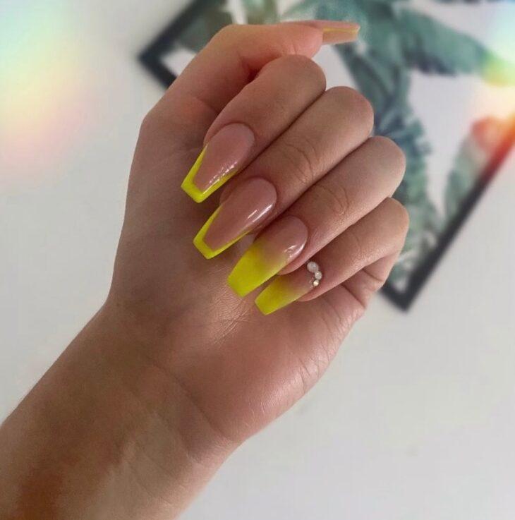60 ideias para inovar na aparência das suas unhas com esmalte amarelo - 29